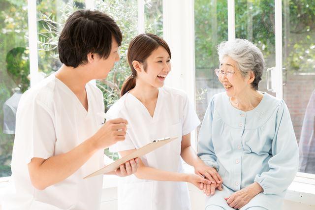 男性介護職も活躍する職場